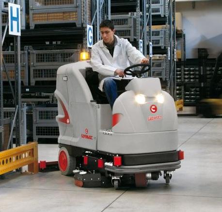 doczyszczanie podłogi za pomocą maszyny szorującej samojezdnej
