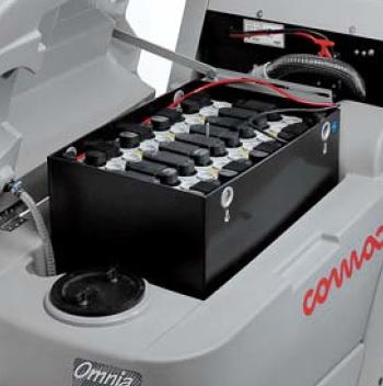 maszyna czyszcząca z dużym blokiem bateryjnym