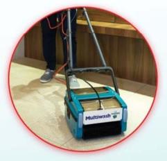 maszyna do czyszczenia podłóg podczas pracy